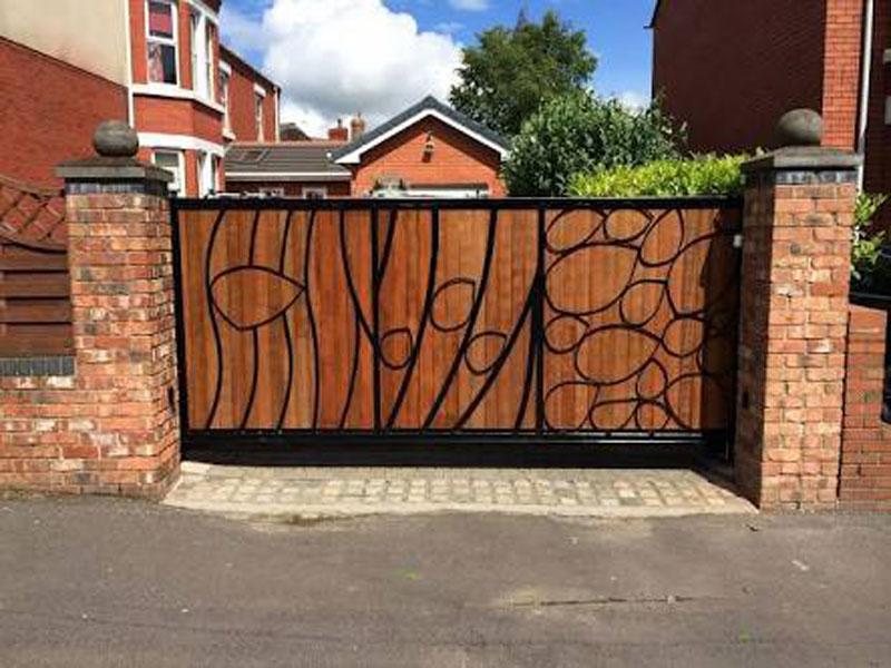 Yana Kayar Bahçe Kapısı